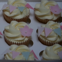 Flowers and bunting cupcakes